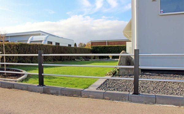 Staket Lerdala ger en modern inramning av trädgården.
